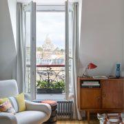 Visite d'un petit appartement parisien aménagé sous les toits