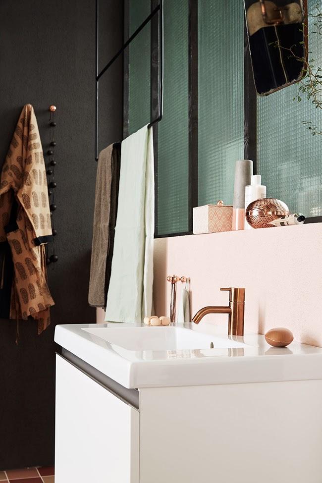 Notre salle de bains rose cuivre et noir mariekke for Accessoire salle de bain cuivre