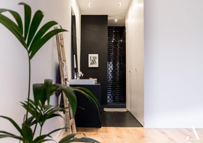 un appartement chic marseillais en noir et bois