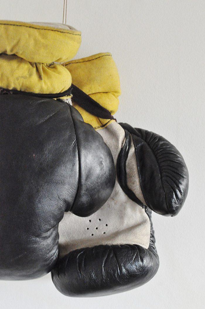 Le vide grenier d 39 une parisienne dr lement bien fourni - Fauteuil gant de boxe ...